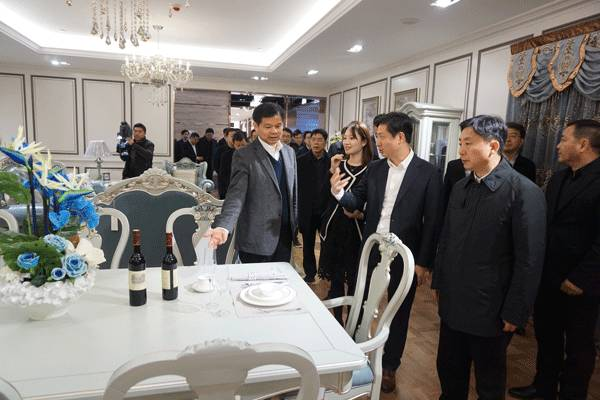 镇江市委领导莅临qy888千赢国际圣象家居体验馆考察指导